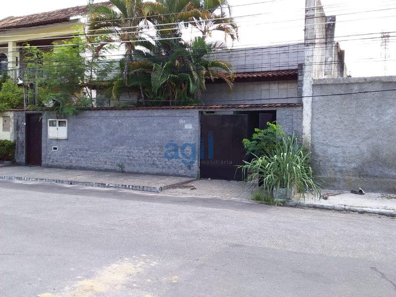 Ágil Imobiliária Aluga Ótima Casa no Moquetá (Nova Iguaçu) composta de: 3 Quartos Amplos (1 Suíte), Sala Ampla, Banheiro Social, Cozinha com Armário embaixo da pia, Área de Serviço Externa. Sem Condomínio !!!  OBS. CASA DE FRENTE EM TERRENO COM DUAS CASAS (CASAS SEPARADAS POR MURO).